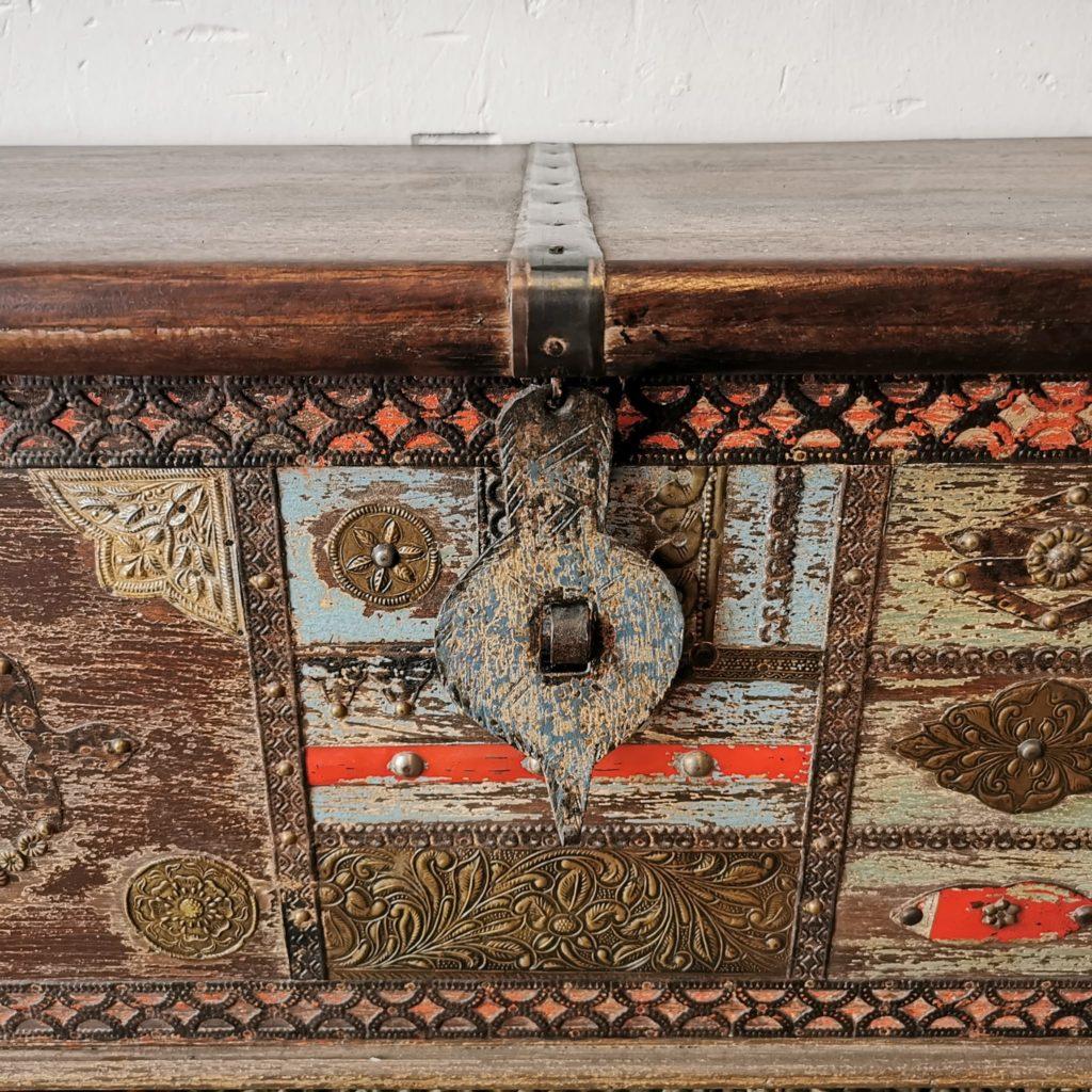 bagul fusta decoracions metall detall 1 scaled