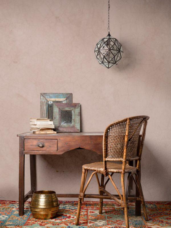 escriptori peça unica amb kilim i cadira rattan