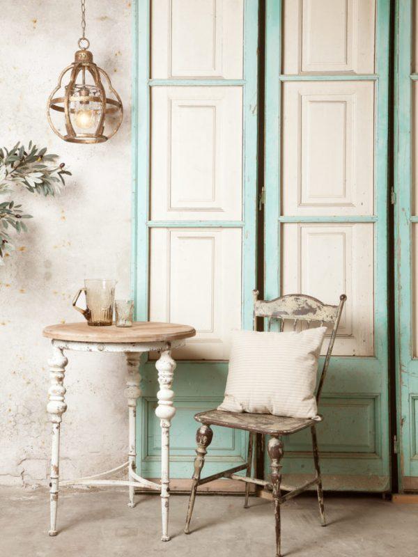 portes turquesa i taula amb cadira vintage